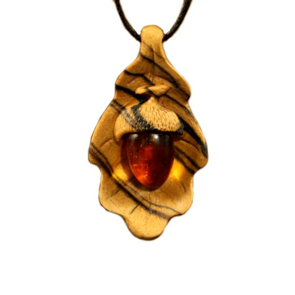 Дубовый лист с жёлудем - кулон из янтаря